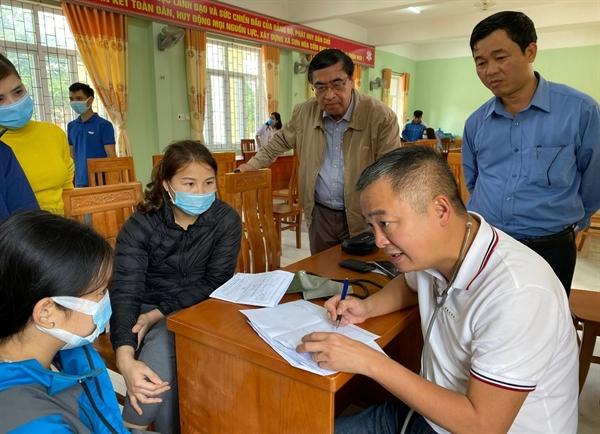 PGS, Bác sĩ Nguyễn Lân Hiếu khám, tư vấn cho người dân.