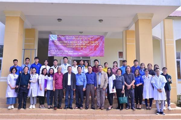 Đoàn Bác sĩ chụp ảnh lưu niệm với Đoàn thanh niên tình nguyện Xã Liên Trường,  H. Quảng Trách, Quảng Bình.