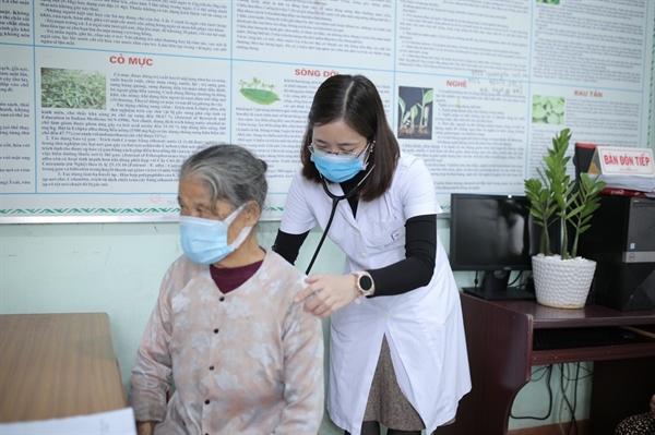 Bác sĩ Bùi Hoa – Khám bệnh cho người dân tại Quảng Trị.