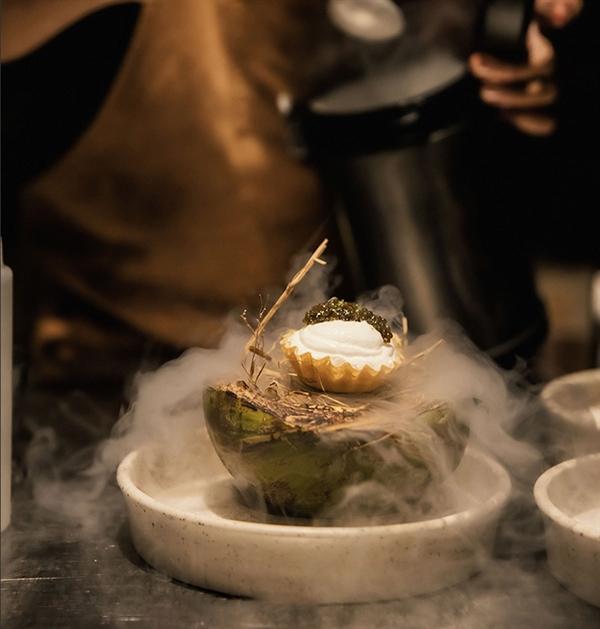 Ẩm thực được chế biến riêng từ các đầu bếp danh tiếng càng làm cho hương vị thức uống thượng đỉnh trở nên thăng hoa hơn bao giờ hết.