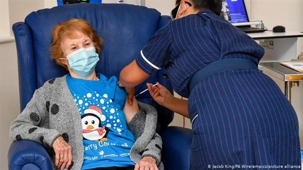Các nhà khoa học cho biết vaccine COVID-19 hiện có vẫn sẽ có hiệu quả, bất chấp đột biến. Ảnh: Deutsche Welle.