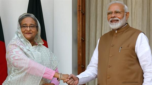 Thủ tướng Bangladesh Sheikh Hasina và Thủ tướng Ấn Độ Narendra Modi. Ấn Độ đang sắp xếp để tiêm chủng cho 300 triệu người vào tháng 8.2021, đồng thời cung cấp dịch vụ tiêm phòng cho các quốc gia lân cận. Ảnh: Reuters.