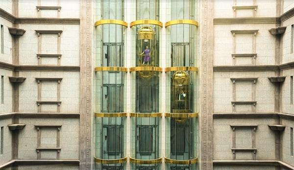 6 thang máy Otis tại cung điện đá D'. Palais Louis mang đến bạn trải nghiệm không thể tìm thấy ở bất kỳ đâu.