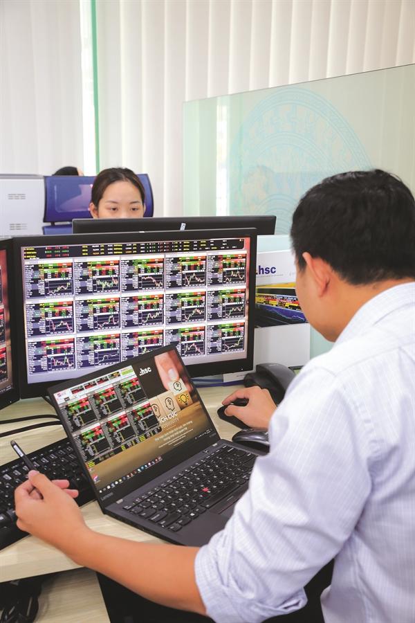Hình ảnh nhà đầu tư trên thị trường chứng khoán. Ảnh: Quý Hòa.