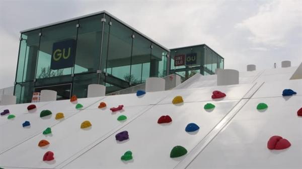 Tòa nhà của cửa hàng Uniqlo Park Yokohama Bayside đã được biến thành sân chơi cho tất cả mọi người. Ảnh: Nikkei Asia Review.