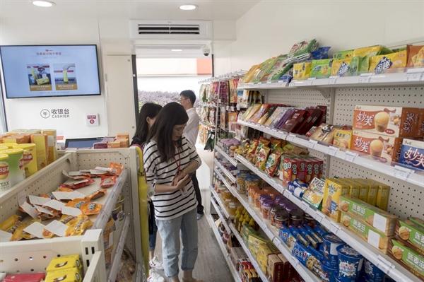 Người mua sắm tại một cửa hàng tiện lợi BingoBox không thu ngân ở Thượng Hải. Các nhà đầu tư mạo hiểm coi những cửa hàng như vậy là một thử nghiệm bán lẻ nóng bỏng. Ảnh: AP.