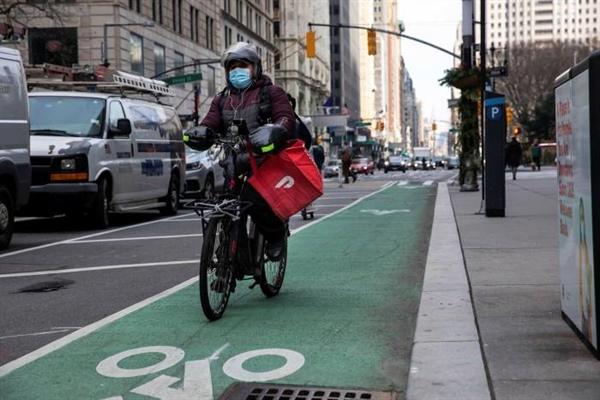 Giao hang bằng xe đạp qua ứng dụng DoorDash ở New York. Ảnh: Bloomberg.