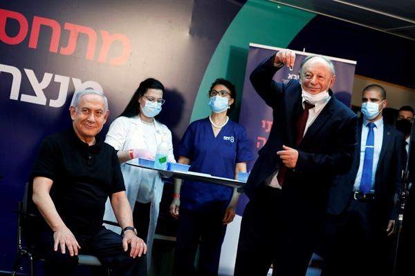 Thủ tướng Benjamin Netanyahu là người Israel đầu tiên nhận được vaccine. Ảnh:Reuters.