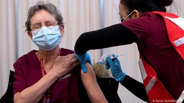 Mỗi lần tiêm chủng đều cân nhắc giữa rủi ro và lợi ích. Ảnh: Reuters.