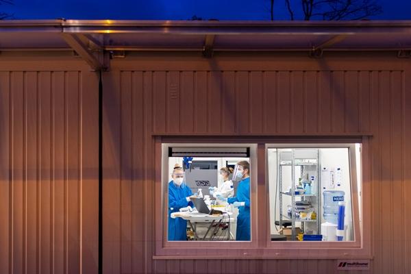 Trung tâm thử nghiệm COVID-19 ở Eindhoven, Hà Lan. Phản ứng của Hà Lan đối với đại dịch đã bị chỉ trích là thất thường. Ảnh: The New York Times.