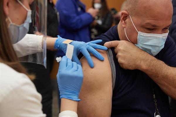 Một nhân viên y tế khẩn cấp ở Ohio, Mỹ đã nhận được một liều vaccine trong giai đoạn đầu của quá trình tiêm chủng ở Mỹ. Ảnh: The New York Times.