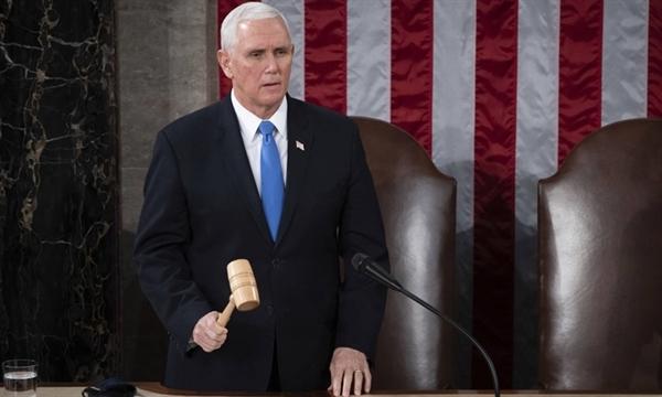 Phó tổng thống Mỹ Mike Pence tuyên bố kết thúc phiên họp lưỡng viện Quốc hội Mỹ chứng nhận chiến thắng của ông Joe Biden tại Điện Capitol hôm 6.1. Ảnh: Reuters.