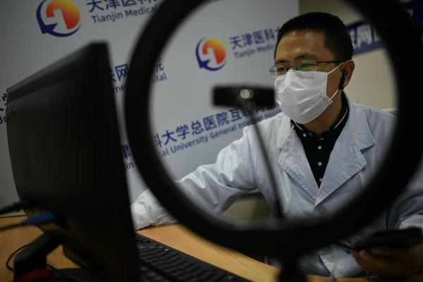 Telehealth cung cấp năng lực duy nhất để sàng lọc, phân loại và điều trị từ xa, đồng thời nó có thể là một công cụ mạnh mẽ để giảm lây truyền bệnh cho và giữa các nhân viên y tế và bệnh nhân không bị nhiễm bệnh. Ảnh: China News Service.