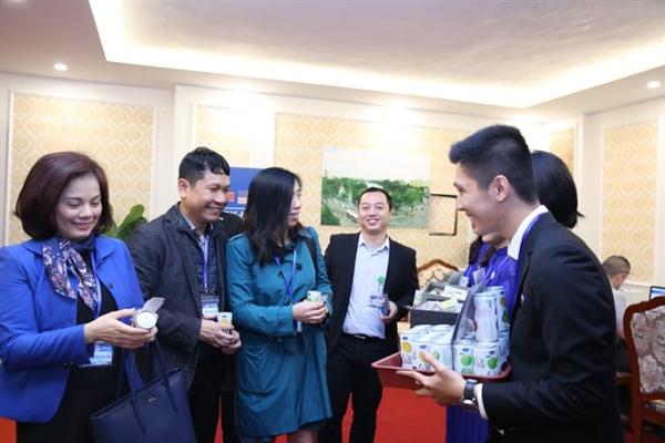 Ảnh Người phát ngôn Bộ Ngoại giao Việt Nam Lê Thị Thu Hằng đang thưởng thức nước uống We Love tại trung tâm báo chí quốc tế, Hội nghị Thượng đỉnh Mỹ Triều.