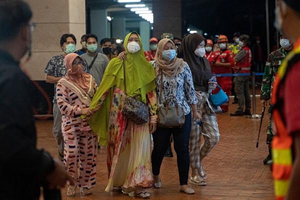 Thân nhân của các hành khách trên chuyến bay đến trung tâm khủng hoảng ở sân bay Soekarno-Hatta, gần Jakarta. Ảnh: The New York Times.
