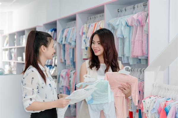 Ở quy mô đã khá lớn, Kim Tuyến vẫn nắm rất rõ đặc điểm của từng món hàng. Mang về cho thị trường những sản phẩm mới lạ và tiện ích là một lợi thế cạnh tranh nổi bật của Shop Em Bé.