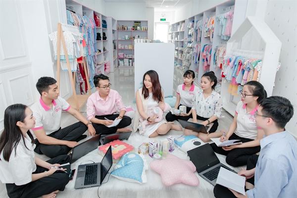 Trong nỗ lực chuyên nghiệp hoá hoạt động kinh doanh, Kim Tuyến đặt rất nhiều tâm huyết vào xây dựng đội ngũ nhân sự mới. Kỷ luật, lý tính hơn trong chính sách nguồn nhân lực, nhưng đi kèm là cơ chế chia sẻ quyền lợi để phát triển cùng nhau là cách Shop Em Bé đang áp dụng.