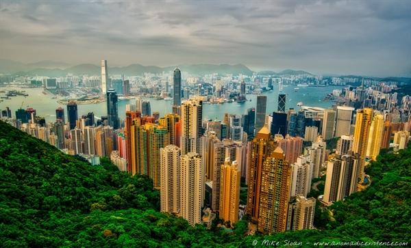 The Peak, ngọn núi đắt giá nhất tại Hong Kong, nơi quy tụ những tỷ phú sinh sống. Ảnh: Vietmoon.
