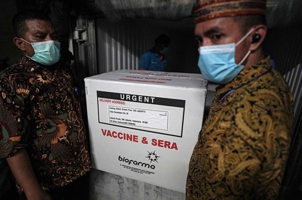 Công nhân dỡ vaccine COVID-19 của Sinovac Biotech ở Jakarta, Indonesia, ngày 7.1.  Ảnh: Bloomberg.