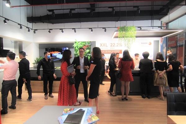Ông Trần Đức Huy, Chủ tịch Hội đồng Quản trị Công ty Format Vietnam JSC (thứ 5 từ trái qua) trao đổi với khách hàng tại sự kiện.