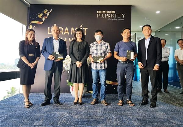 Bà Đinh Thị Thu Thảo, Phó Tổng Giám đốc Eximbank (thứ 3 từ trái sang) trao cho những vị khách hàng đầu tiên sở hữu thẻ Eximbank - Priority Visa Signature.