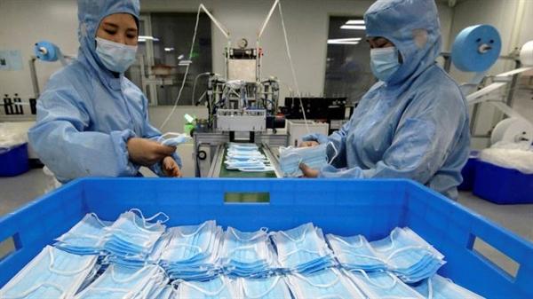 Một nhà máy sản xuất khẩu trang ở tỉnh Hà Bắc. Đại dịch đã bộc lộ một phần mức độ mà Trung Quốc là công xưởng của thế giới. Ảnh: AP.