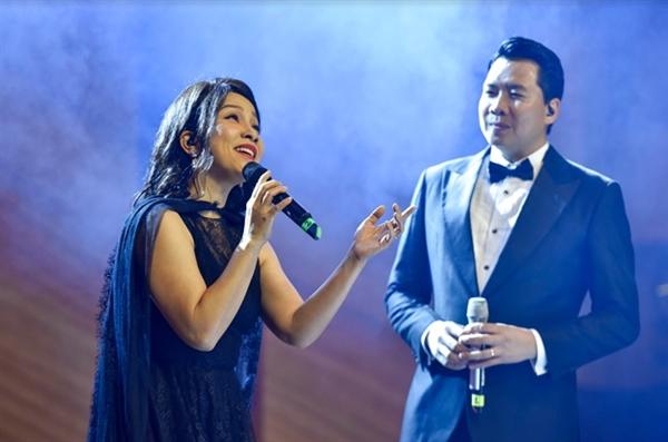 """Dạ tiệc càng thêm """"say"""" với sự góp mặt của giọng ca hàng đầu Viêt Nam: diva Mỹ Linh và nghệ sĩ Opera Phúc Tiệp."""