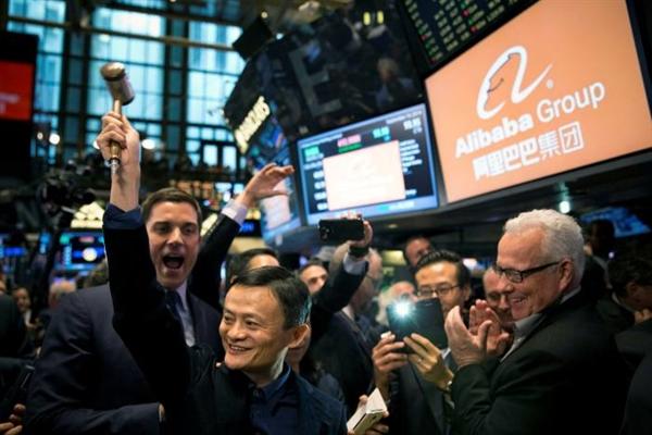 Tỉ phú Jack Ma giữ vị trí quan trọng tại Sở giao dịch chứng khoán New York vào năm 2014. Ảnh: The New York Times.