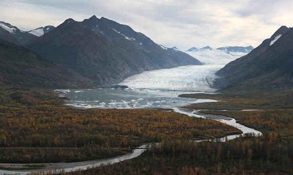 Khí hậu ấm lên liên tục của thế giới cũng được tiết lộ trong hiện tượng băng tan tại các sông băng, chẳng hạn như ở núi Kenai, Alaska. Ảnh: The Guardian.