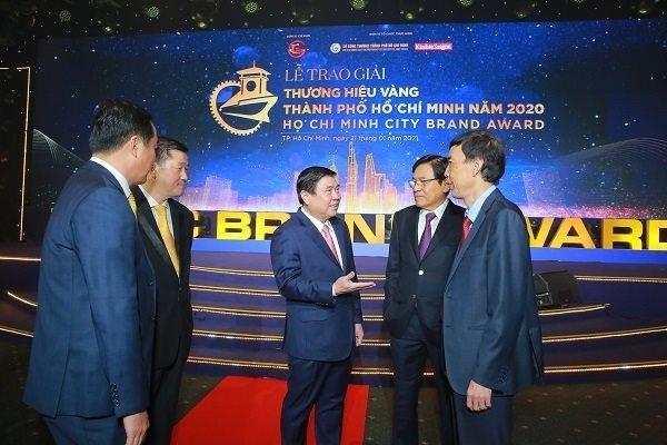 Chủ tịch UBND TP. HCM Nguyễn Thành Phong (giữa) trao đổi cùng các thành viên Hội đồng Bình chọn của giải thưởng Thương hiệu Vàng 2020. Ảnh: Thành Hoa.