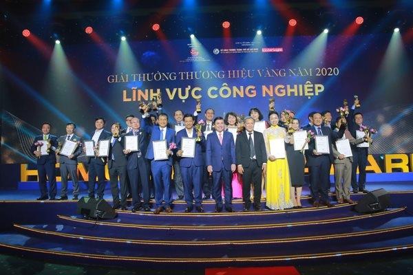 Các doanh nghiệp thuộc nhóm ngành công nghiệp được trao giải thưởng Thương hiệu Vàng 2020. Ảnh: Thành Hoa.