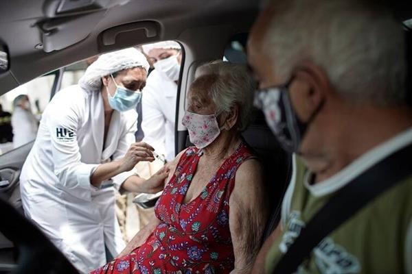 """Cùng với những biện pháp khác, vaccine được xem là """"cứu cánh"""" trong đại dịch. Ảnh: AP."""
