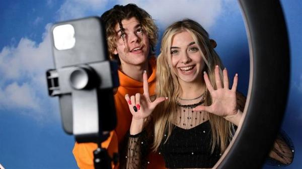 Những người có ảnh hưởng trên TikTok là Florin Vitan và Alessia Lanza. Ảnh: AFP.