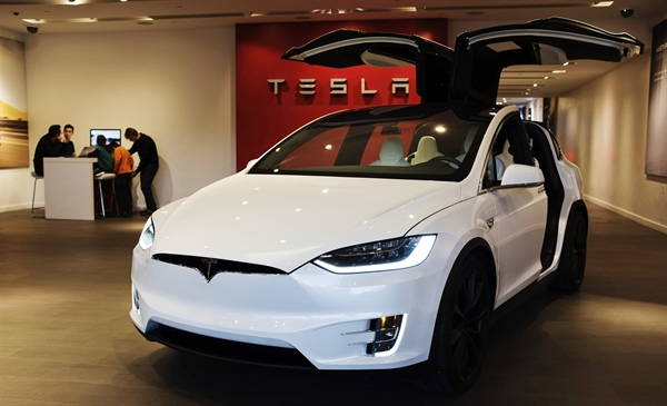 Việc Tesla chấp nhận thanh toán bằng Bitcoin để đổi lấy các sản phẩm của mình sẽ khiến công ty trở thành nhà sản xuất ô tô lớn đầu tiên chấp nhận làm như vậy. Ảnh:  NBC News.