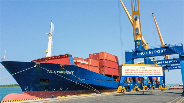 Container ô tô và linh kiện phụ tùng ô tô chuẩn bị được xuất khẩu sang Thái Lan, Myanmar, Nhật Bản và Hàn Quốc.