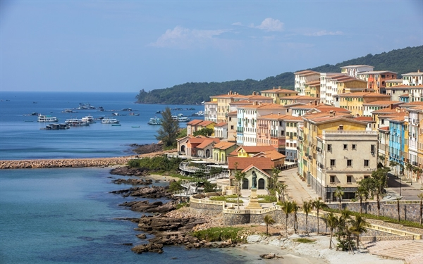 Toàn cảnh Thị trấn Địa Trung Hải.