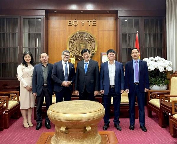 Bộ trưởng Bộ Y tế Nguyễn Thanh Long, Thứ trưởng Bộ Y tế Trương Quốc Cường (thứ tư và thứ năm từ trái sang) cùng các đại diện của AstraZeneca Việt Nam và VNVC chuẩn bị cho công tác tiếp nhận lô vaccine đầu tiên. Ảnh: TL.