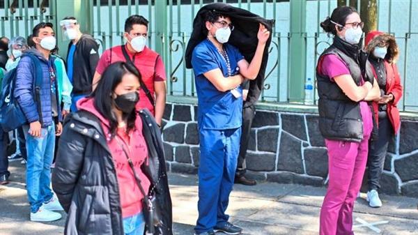 Nhân viên y tế xếp hàng để được tiêm vaccine ở Mexico City, Mexico. Ở hầu hết các nền kinh tế Mỹ Latinh, chỉ một thiểu số có khả năng nhận được vaccine COVID-19 trong năm nay. Ảnh: AFP.
