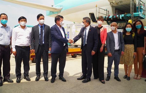 Thứ trưởng Trương Quốc Cường cùng đoàn đại biểu chào đón lô vaccine phòng COVID-19 đầu tiên của AstraZeneca đã về tới Việt Nam sáng nay. Ảnh: TL.