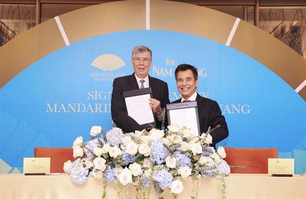 Ông Alain Cany – Chủ Tịch Jardine Matheson Việt Nam và Ông Đinh Bá Thành – Chủ Tịch The Nam Khang Corporation ký kết hợp tác dự án Mandarin Oriental Đà Nẵng. Ảnh: TL.