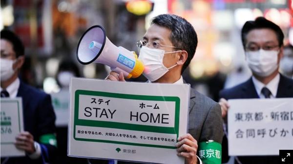 Các quan chức chính phủ Nhật kêu gọi mọi người về nhà từ khu giải trí Kabukicho ở Tokyo. Ảnh: AP.