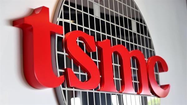 TSMC bị kẹt giữa 2 siêu cường vì họ từng coi Huawei Technologies là khách hàng chính. Ảnh: Reuters.