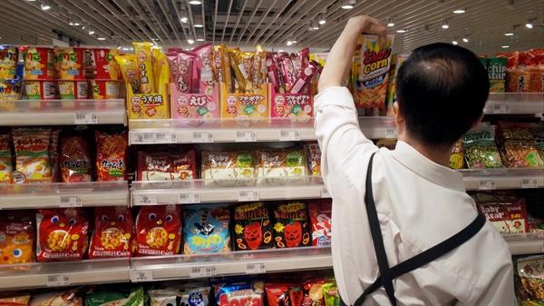 Đồ ăn nhẹ tại siêu thị Nhật: Các doanh nghiệp chịu trách nhiệm cho 55% trong số 6,43 triệu tấn thực phẩm bị lãng phí ở Nhật trong năm tài chính 2016. Ảnh: Reuters.