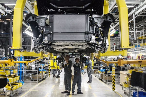 Các kỹ sư đang làm việc bên trong xưởng lắp ráp tại nhà máy VinFast Hải Phòng, Việt Nam. Nhiếp ảnh gia: Yen Duong/Bloomberg.