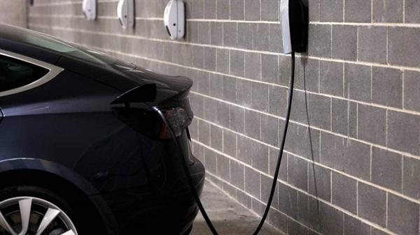 Nếu phương tiện giao thông được điện khí hóa, nhu cầu về dầu để đổ xăng sẽ ít hơn. Nhưng nhu cầu về năng lượng bẩn cho điện năng sẽ tăng cao và lượng khí thải tổng thể sẽ chỉ giảm 2% vào năm 2050. Ảnh: Stuff.