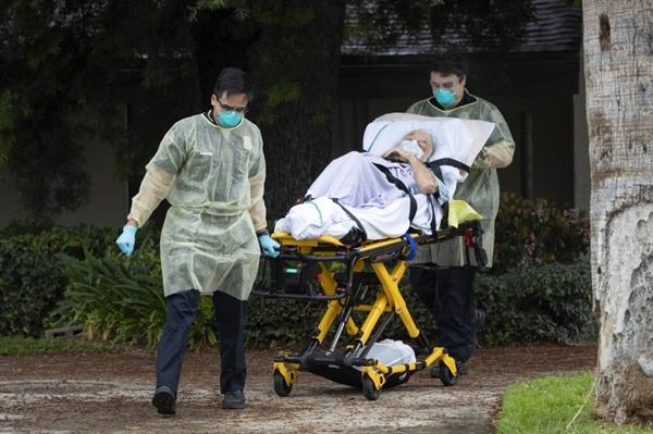 Ông Bernie Erwig, 84 tuổi, được đưa ra khỏi viện dưỡng lão ở Riverside sau khi xét nghiệm dương tính với COVID-19. Ảnh: Los Angeles Times.