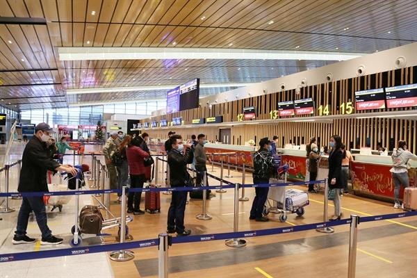 Hành khách tuân thủ giãn cách khi thực hiện check in tại nhà ga sân bay Vân Đồn (3)