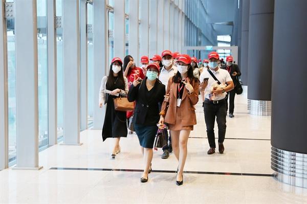 Những hành khách đầu tiên hạ cánh sân bay Vân Đồn sáng 3 (2)