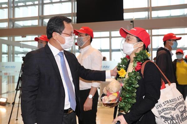 Ông Cao Tường Huy - PCT UBND tỉnh QN tặng hoa hành khách và phi hành đoàn (3)