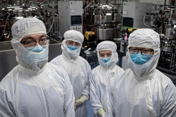 Các nhà phát triển vaccine của Trung Quốc bị chỉ trích vì thiếu minh bạch về tính an toàn và hiệu quả của các mũi tiêm, cũng như việc công bố ít dữ liệu hơn so với các đối tác phương Tây. Các kỹ sư của Sinovac trong một phòng thí nghiệm công nghệ sinh học ở Bắc Kinh. Ảnh: AFP.
